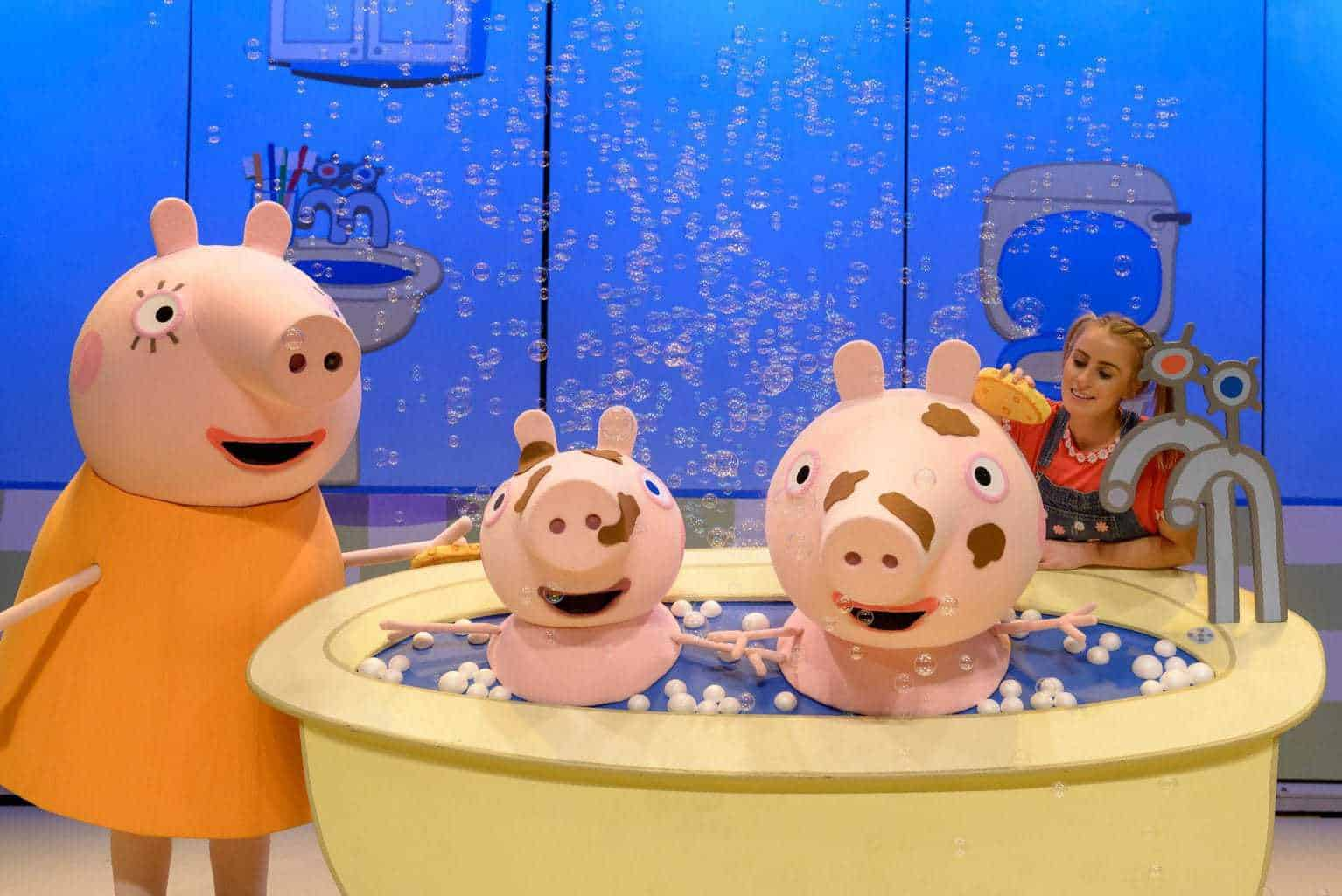 Peppa Pig's Surprise-Uk tour. Peppa and George in the bath surrounded by bubbles with Daisy and Mummy Pig