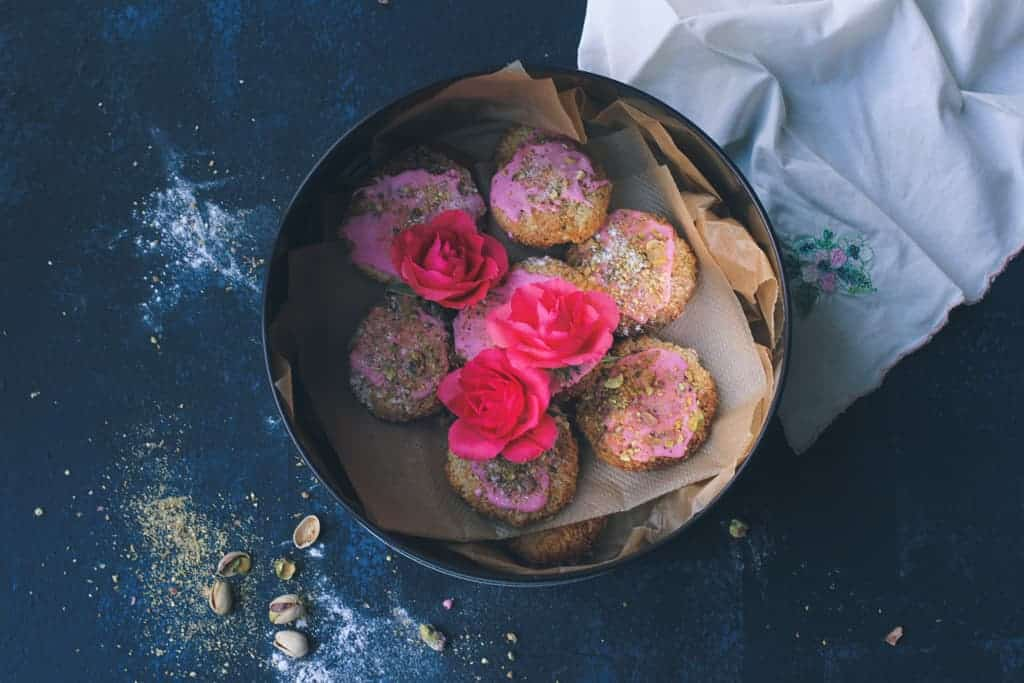 Coconut macaroons with rose and pistachio