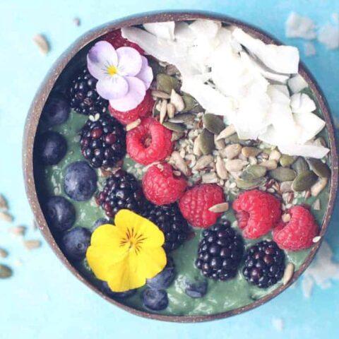 Green spirulina smoothie bowl