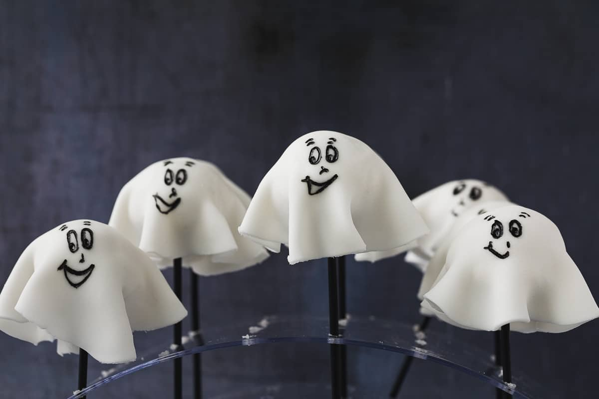 Cake pops that look like ghosts.